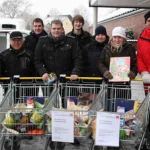 Vier Einkaufswagen voll mit Lebensmitteln sammelten die Uedemer Jusos.