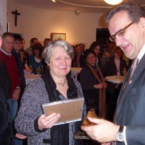 Die Fraktionsvorsitzenden Jörg Lorenz und Kathrin Plotke überreichten Maria Verhoevend en Uedmeer Leisten.