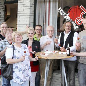 Bürgermeisterkandidat Heinz Bömler und seine Gäste probieren die berühmten Leckereien