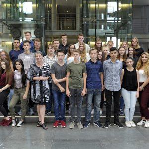 Schülerinnen und Schüler der Jahrgangsstufe 10 der Leni-Valk-Realschule Goch mit Barbara Hendricks im Deutschen Bundestag