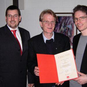 SPD-Jubilar Martin Müller (25 Jahre) mit dem Ortsvereinsvorsitzenden Olaf Plotke und seinem Strellvertreter Jürgen Horn