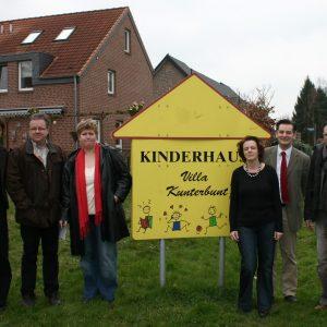 Bodo Wißen, Jürgen Franken und andere vor der Villa Kunterbunt