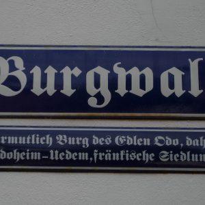 Historisches Straßenschild am Burgwall mit Hinweis auf Odo