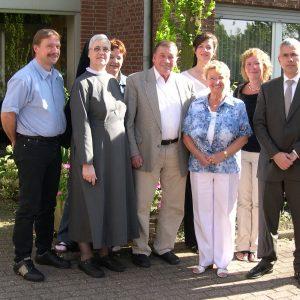 Die SPD-Gruppe mit den Gastgebern nach dem Besuch vorm St. Laurentius Heim