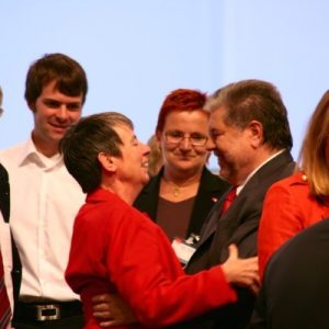SPD-Chef Kurt Beck gratuliert der frischgewählten Schatzmeisterin Barbara Hendricks