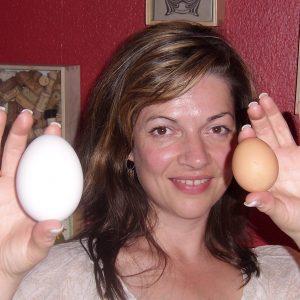 Fraktionskassiererin Kathrin Plotke zeigt es: So sehen Gänse- und Hühner-Eier aus!