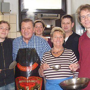 In der Küche von Kattelans-Küchenmeister Robert Kehl kochte die Uedemer SPD die Erbsensuppe.