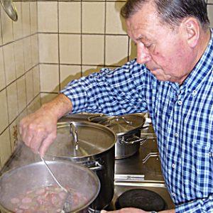 Uedems stellvertretender Bürgermeister Hand Diedrich am Kochtopf