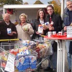 Manfred Bodden (3.v.l.) und Wolfgang Feldmann (3.v.r.) vom Café Konkret freuten sich über die Lebensmittelspenden.