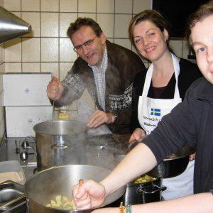 v.l. Jörg Lorenz und Kahtrin Plotke kochen leckere Erbsensuppe