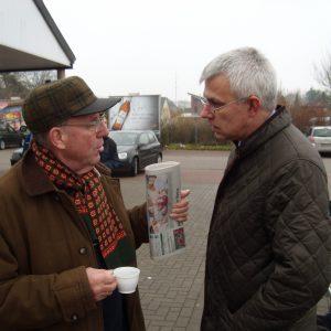 Gefragter Gesprächspartner: der SPD-Landtagsabgeordnete Norbert Killewald (rechts).
