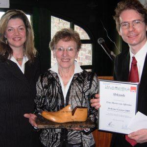Preisträgerin Maria van Afferden mit Kathrin und Olaf Plotke