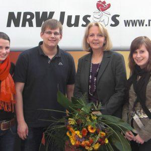 Die Uedemer Jusos trafen NRW SPD-Chefin Hannelore Kraft in Kamen: Franziska Hägele, Carsten Otto, Hannelore Kraft und Stephanie Horn (v.l.).