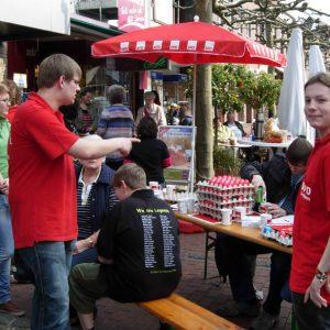 Wie jedes Jahr bei der Uedemer SPD: Wir verteilen rote Ostereier