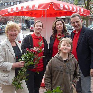 Bürgermeisterkandidatin Kathrin Plotke und die Uedemer SPD verteilten Rosen zum Muttertag.