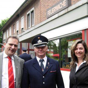 Kathrin Plotke und Jörg Lorenz mit Wehrchef Gerd Ingenerf