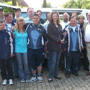 Bürgermeisterkandidatin Kathrin Plotke empfing das G-Team Uedem bei der Rückkehr aus Berlin mit Sekt.