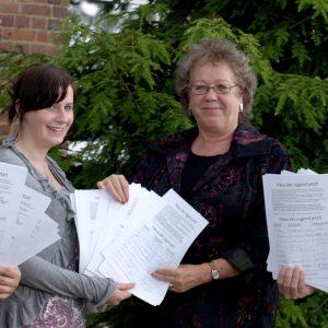 Die Uedemer SPD-Jugend Jusos übergab die Unterschriftelisten an Christa Jansen, Vorsitzende des Uedemer Jugendausschusses.
