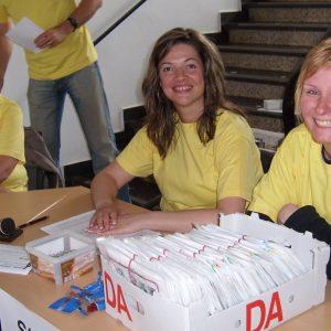 Bürgermeisterkandidatin Kathrin Plotke bei der Ausgabe der Startnummern.