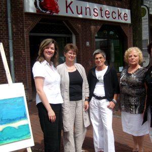 Bürgermeisterkandidatin Kathrin Plotke mit den Künstlerinnen der Kunstecke.