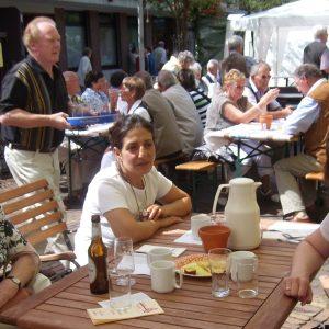 Bürgermeisterkandidatin Kathrin Plotke, Ratskandidatin Nurije Kahraman und Maria Hornbers aus Keppeln frühstückten gemütlich auf dem Markt.