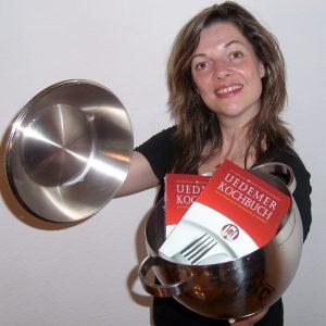 Aufgetischt: Bürgermeisterkandidatin Kathrin Plotke präsentiert das Uedemer Kochbuch.