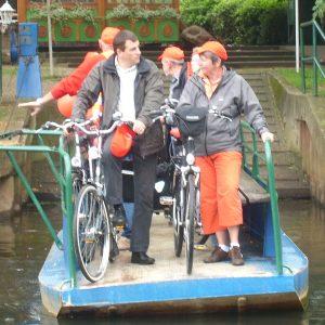 Die Radfahrer fuhren bei Jan an de Fähr mit der Fähre über die Niers.