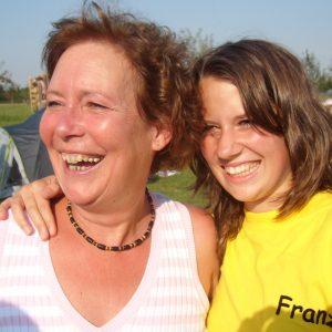 Halfen an mehreren Tagen kräftig mit beim Ferienspaß: SPD-Ratskandidatin Anne Landwehr (li.) und Juso-Kreisvorstandsmitglied Franziska Hägele.