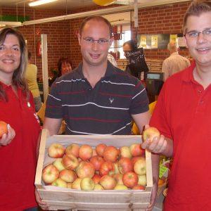 Kathrin Plotke, Peter Hesseling und Carsten Otto (v.l.) packten schon mal die ersten Obstkisten.